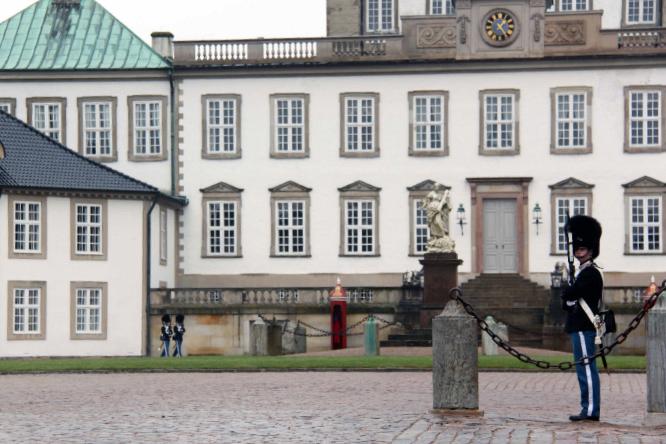 Fredensborg Slot med vagter